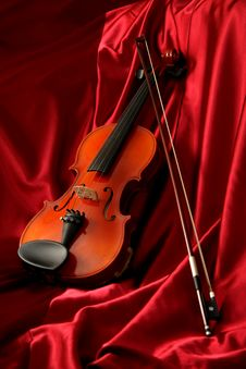 Violin And Bow On Red Silk Royalty Free Stock Photos