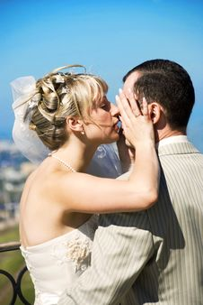 Free Bride And Groom Outdoor Royalty Free Stock Images - 6275879