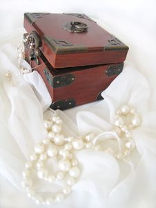 Free Casket With Pearl Stock Photography - 6309702