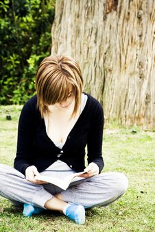 Free Young Woman Reading In The Park Stock Photos - 6320463