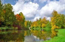 Free Picturesque View Of Autumn Pond Royalty Free Stock Images - 6348449