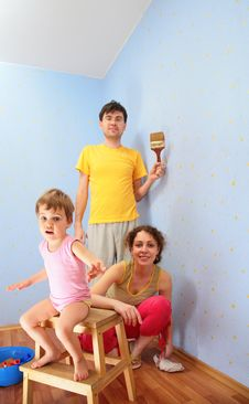 Parents With Child Repair Room Royalty Free Stock Photography