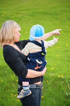 Free Mother Keeps Child In Her Arms And Points To Somet Royalty Free Stock Images - 6375719