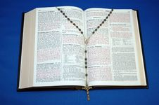 Free Holy Bible And Rosary Royalty Free Stock Photo - 649495