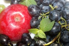 Free Green And Red Grapes And Apple Royalty Free Stock Photos - 6401038