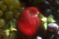 Free Green And Red Grapes And Apple Royalty Free Stock Image - 6401086