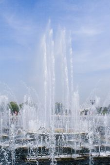 Free Beautiful Fountain In Park Stock Images - 6423554