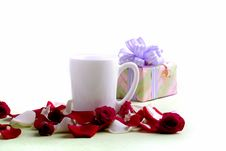 White Cup And Rose Petals And Heads Royalty Free Stock Photography