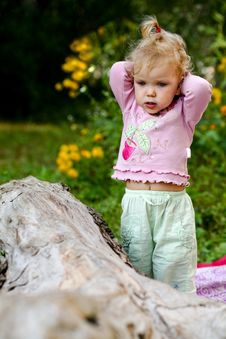 Free Cute Baby-girl Outdoors Royalty Free Stock Image - 6439056
