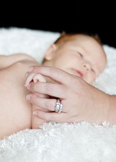 Free Mother Holding Baby S Hand Royalty Free Stock Image - 6450796
