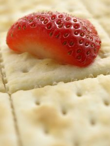 Free Strawberry Half On Cracker Perspective Royalty Free Stock Images - 6468699
