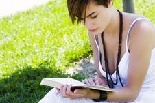 Free Blond Woman Reading Royalty Free Stock Images - 6490309