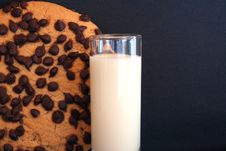 Free Chocolate Chip Cookies And Milk Stock Photography - 656102