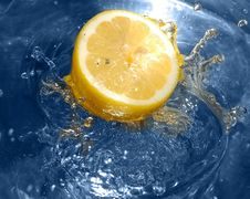 Lemon Splashing Water Royalty Free Stock Image