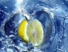 Free Lemon Splashing Water Stock Image - 658181