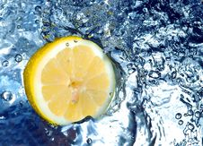 Lemon Splashing Water Royalty Free Stock Photos