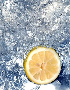Free Lemon In Water Royalty Free Stock Photos - 658258
