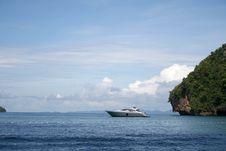 Free Boat Near An Island Stock Photo - 6517500