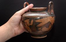 Free Ancient Greek Vase In A Hand Royalty Free Stock Images - 6518379