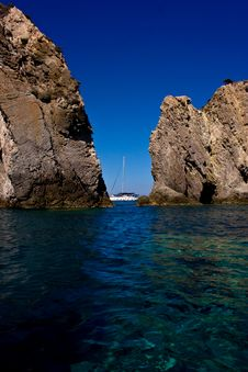 Free Boat Between Rocks Stock Photography - 6529112