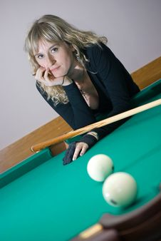 Free The Girl Plays Billiards Royalty Free Stock Photography - 6546667