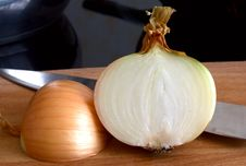Free Half Of Bulb On A Chopping Board Royalty Free Stock Image - 6547926