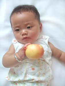 Free Pretty Baby And Red Apple Royalty Free Stock Photography - 6557877