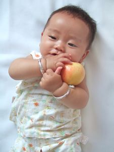 Free Pretty Baby And Red Apple Royalty Free Stock Images - 6557879