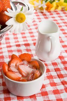 Free Sliced Strawberries And Cream In A White Pot Stock Images - 6567414