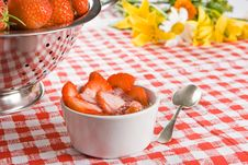 Free Sliced Strawberries And Cream In A White Pot Stock Photography - 6567422
