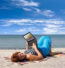 Free Girl Working On Laptop Near Of Sea Royalty Free Stock Photos - 6577098