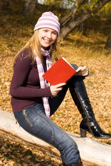 Pretty Girl Reading A Book In The Park Royalty Free Stock Photo