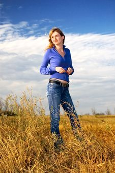 Free Girl In The Field Royalty Free Stock Images - 6633029