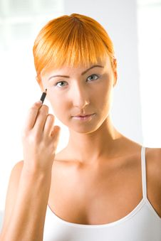Free Young Woman Using Eyeliner Royalty Free Stock Photo - 6650035