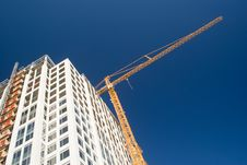 Free Yellow Crane Over White Skyscraper Royalty Free Stock Image - 6673116