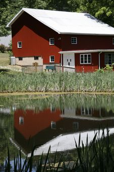 Red Barn At Pond 2 Royalty Free Stock Photos