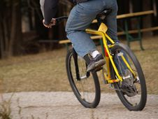 Free Biking On The Park Trail Royalty Free Stock Images - 678159