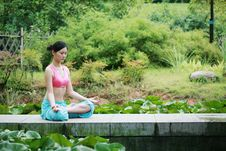 Free Young Chinese Woman Practicing Yoga Outdoor Stock Images - 6711994