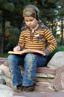Free Girl Reading A Book Royalty Free Stock Photography - 6712877