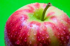 Free Drops Of Water On An Apple Closeup On A Green Background Stock Image - 67133001