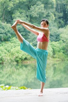 Free Young Chinese Woman Practicing Yoga Outdoor Stock Images - 6726384