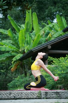 Free Young Chinese Woman Practicing Yoga Outdoor Royalty Free Stock Photography - 6727117