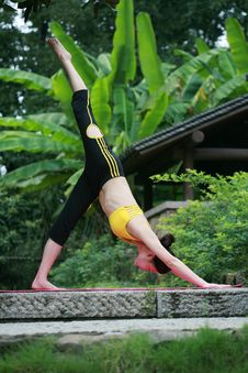 Free Young Chinese Woman Practicing Yoga Outdoor Royalty Free Stock Images - 6729669