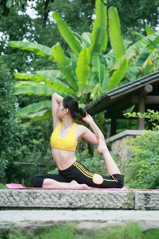 Free Young Chinese Woman Practicing Yoga Outdoor Royalty Free Stock Photo - 6729725
