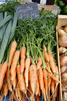 Free Bunch Of Fresh Carrots At Market Royalty Free Stock Images - 6733929