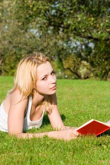 Blonde Reads Book In The Park Stock Photos