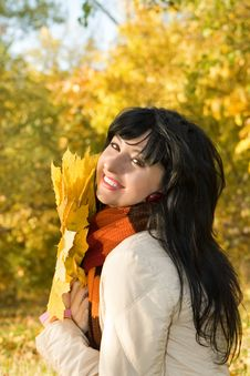 Free Young Woman In The Autumn Park Stock Photography - 6736932