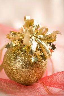 Free Golden Christmas Ball Royalty Free Stock Image - 6744776