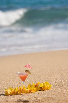 Free Tropical Drink On Beach Shoreline Royalty Free Stock Images - 6749739