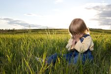 Free Little Girl Sit In Grass Stock Images - 6775394